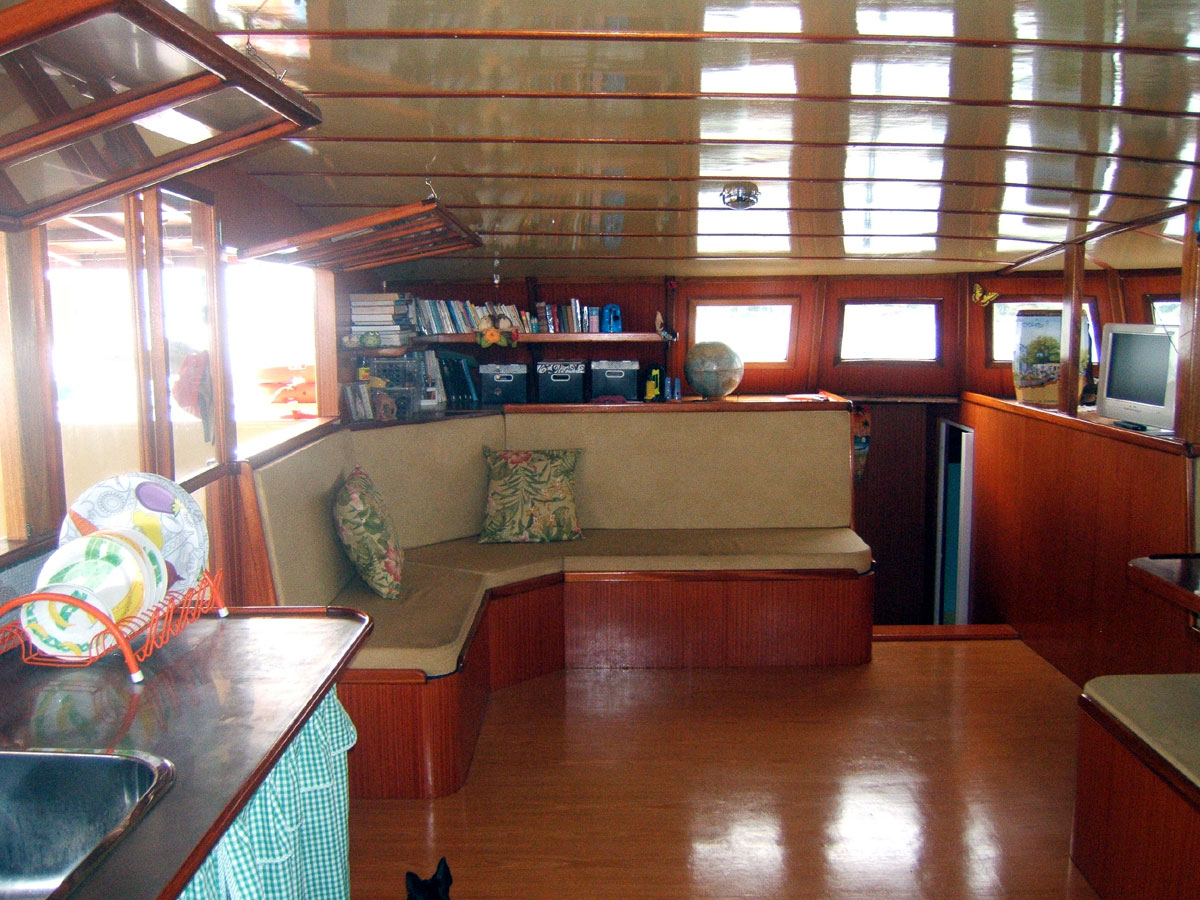 curuca-cat-charter-150