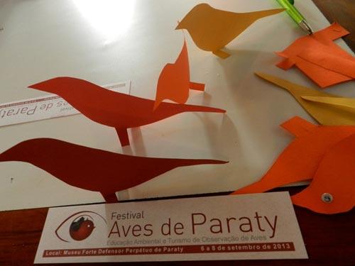 Produção de pássaros de papelão
