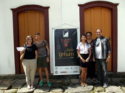 Lauro Monteiro (1ro à dir), presidente do Cineclube e seus alunos de design - Foto: Marta Viana