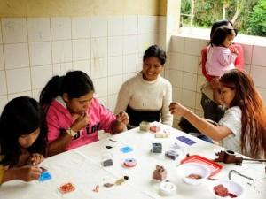 Artesãs da aldeia de Paraty Mirim. Foto: Iberê Perissé