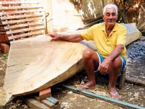 Mestre Ditinho e sua canoa caiçara. Foto: Iberê Perissé