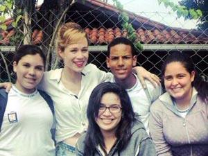 Mariana Ximenes com alunos da escola Millenium. Foto: João Gabriel Monteiro