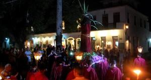 Procissão do Fogaréu na Sexta-feira Santa passa pela porta da Casa Coupê