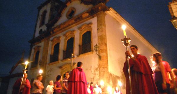 Procissão do Fogaréu na frente da igreja de Santa Rita - Foto: POL