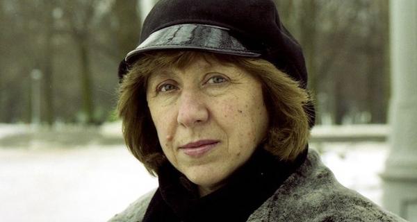Svetlana Alexiévitch posa em Minsk (Foto: Vasily Fedosenko/Reuters/Arquivo)