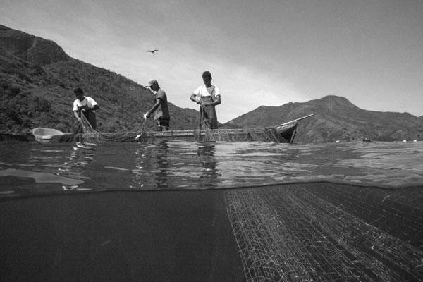 3º LUGAR:Cerco flutuante da Juatinga, da série Pesca Artesanal - Paraty /RJ -Fotógrafo: Enrico Marone