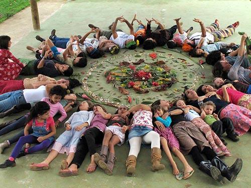 Crianças da escola Cirandas fazem uma mandala de flores e folhas